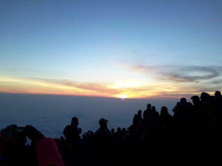 Lever du soleil au sommet du Mont Fuji